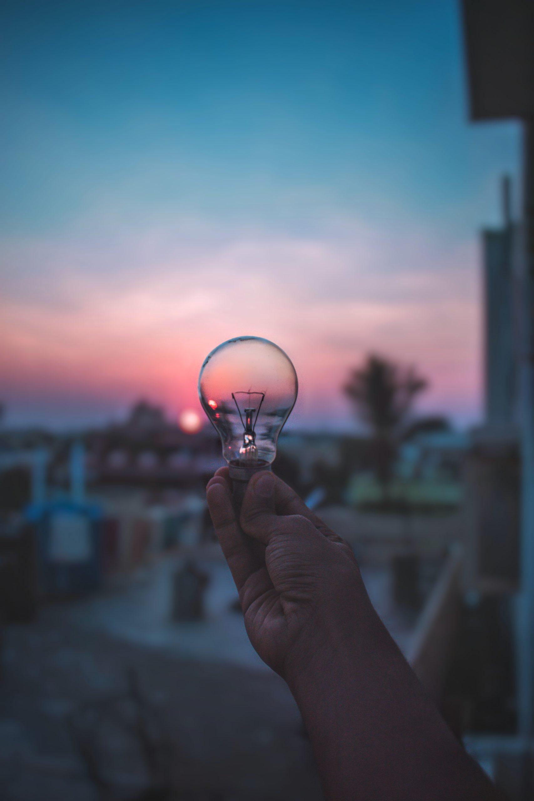 Sortir de sa bulle quand on est hypersensible - Ampoule face à un paysage