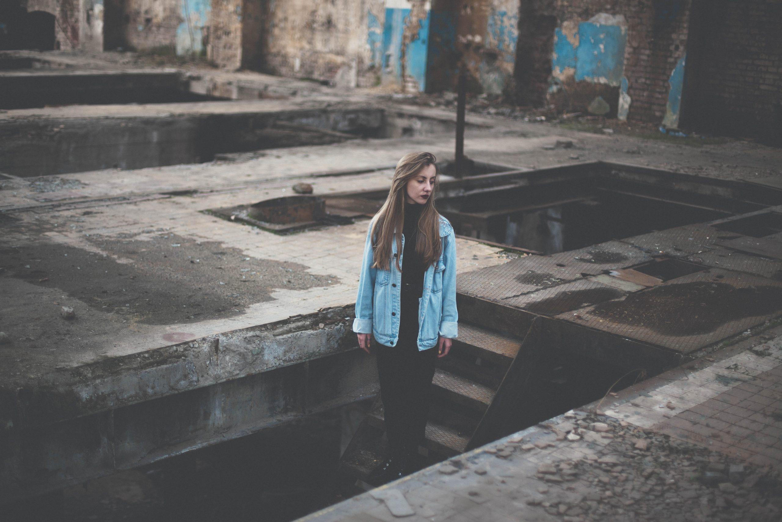 Femme seule l'air triste dans un bâtiment désaffecté - Hypersensible et hypersensibilité